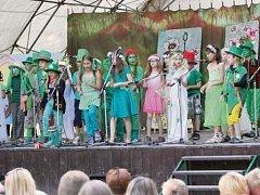 Bělohradští školáci při školní akademii v zámeckém parku.