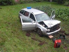 Vůz prorazil zábradlí podél komunikace, poškodil značku s označením obce a skončil v zahradě u domu.
