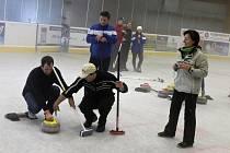 Curling pro veřejnost na jičínském zimním stadionu.