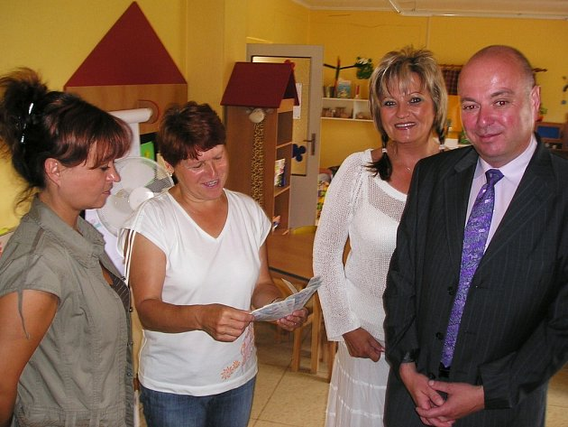Organizátorky soutěže Dívka roku 2007 předaly za účasti starosty Martina Puše šek jako pomoc jičínské mateřské škole.
