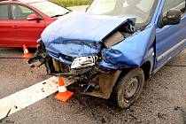 V sobotu večer se u Radimi srazila tři auta. Přehlednost křižovatky snižuje vzrostlá kukuřice.