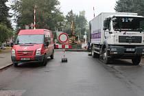 Oprava přejezdu u novopacké vlakové zastávky.