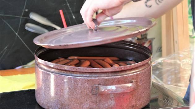 3P - Párky se vařily ve velkém hrnci, pivo teklo proudem a pět jičínských kapel se postaralo o intenzivní hudební potěšení.
