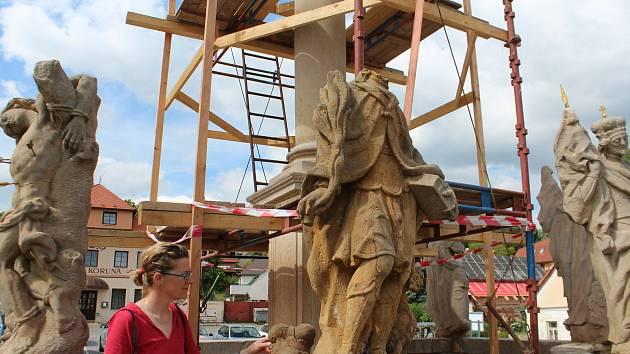 Do tří etap je rozdělena revitalizace Mariánského sloupu na peckovském náměstí. Práce provádí restaurátorka Renata Poláková Tauchmanová.