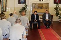 Odsouzení hovořili nejen o politice s europoslancem Tomášem Zdechovským, který se problematikou vězeňství dlouhodobě zabývá, a ministrem Pavlem Bělobrádkem.