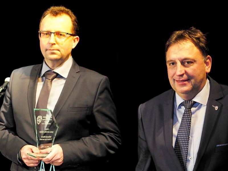 ŠÉF ČESKÉHO FOTBALU Martin Malík (vlevo) se zúčastnil galavečera KFS v Jičíně, kde ocenil práci lidí na regionální úrovni, vpravo Václav Andrejs, předseda Královéhradeckého KFS.