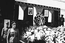 Pohřeb vrch. strážm. Josefa Lžičaře, Františka Šulce a Antonína Skály v Jeřicích v květnu roku 1945.