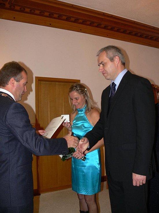 VYBRAT SI  zajímavé datum ke sňatku je sice hezké, ale ve finále jde o to, zda vás například 20. 10. 2010 vůbec někde oddají. Své o tom vědí snoubenci Helena Charvátová a Luboš Vokál z Robous, kteří si zvolili za svatební den právě  středu.