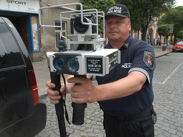 Strážník městské policie Roman Král při práci s radarem na hořickém náměstí.