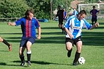 Na Podhradí se v úvodním kole okresní soutěže představilo proti tamnímu béčku mužstvo Libuně. Na snímku hráč hostů Radek Novotný (vpravo), kterému se dařilo, což vyjádřil  dvěma góly.