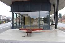 Novopacký renovovaný autobusový terminál se otevře pro veřejnost v neděli v osm hodin, o čtvrt hodiny později odsud odjede první autobus.
