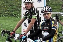 Na startu Dan Polman z Nové Paky a lomnický jezdec Ondra Mikule (vpředu).