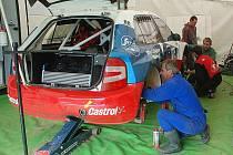 CHYBĚT NEBUDE ANI FEJFAR. Tým mechaniků má stále co dělat. Jarda Kozák při kontrole zavěšení zadního kola po  měřeném tréninku v květnu, kde Fejfar bezkonkurenčně zvítězil.