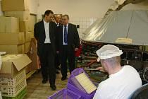 Z návštěvy poslanců parlamentu ve výrobně hořických trubiček.