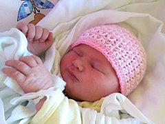 EMÍLIE CHALUPOVÁ se poprvé usmála na svoje rodiče Adrianu Johnovou a Martina Chalupu 8. června. Po narození měřila 52 cm  a vážila 3,8 kg. Na malou sestřičku se doma v Jičíně těší Rozárka, která za tři měsíce oslaví druhé narozeniny.