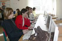 Ze soutěže v psaní na klávenici na jičínské MOA.