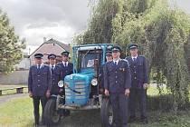Ostruženští hasiči - čestná stráž, s traktorem u Miloslava Jandy.