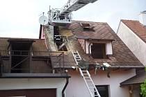 Požár střechy domu v Židovicích na Jičínsku.