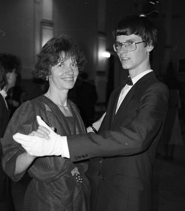 Taneční 1998 - volenka Čestmíra s maminkou.