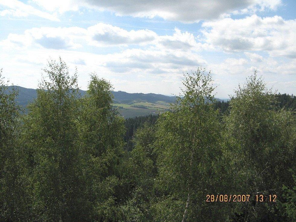 Výhled z rozhledny na Čubově kopci.