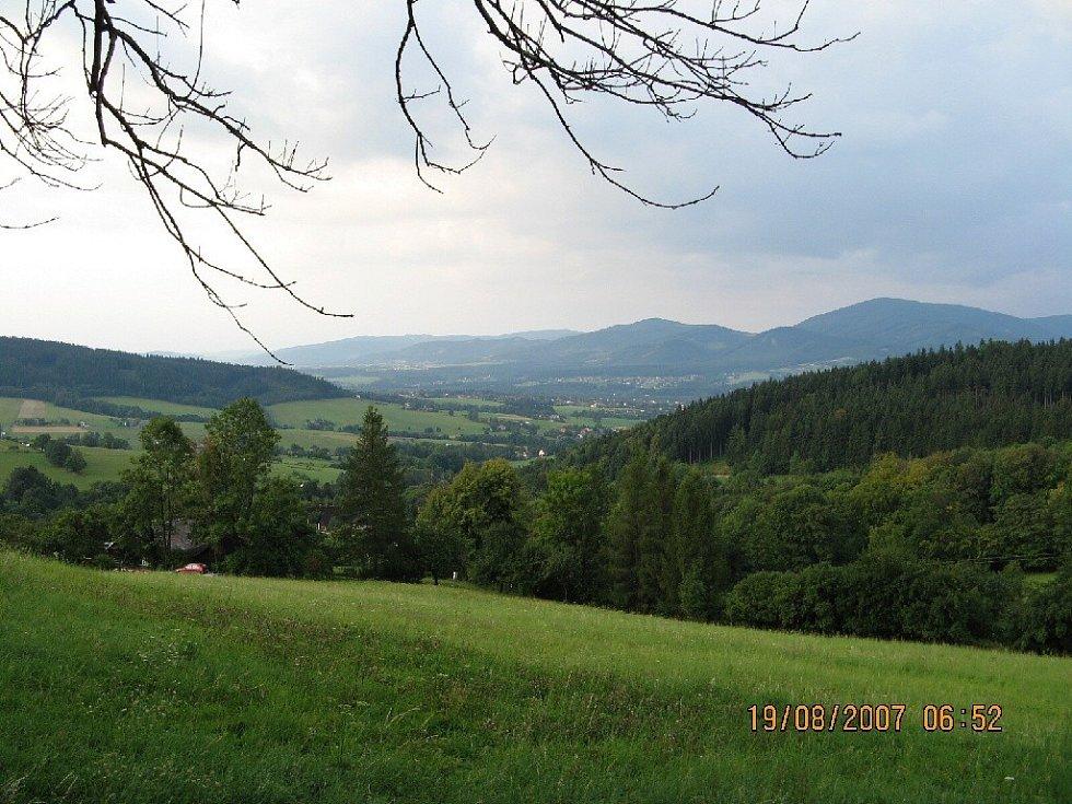 Výhledy z trasy Třinec - Bahenec, v pozadí Beskydy.