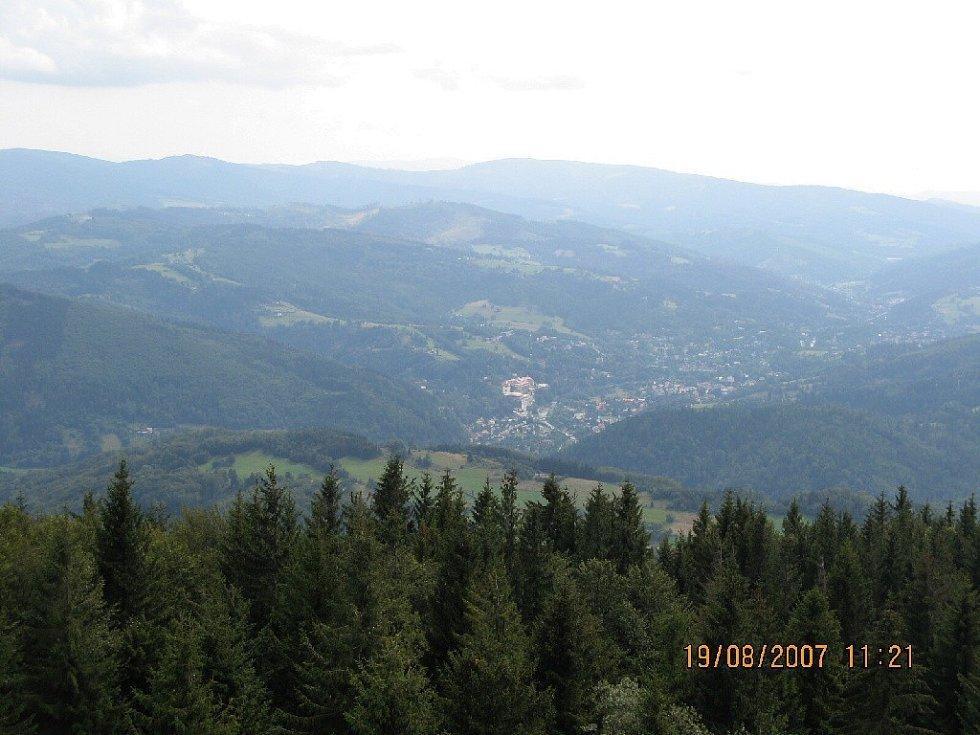 Výhled z rozhledny Velká Čantorie na polskou vesničku.