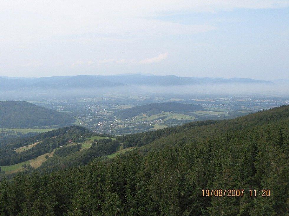 Výhled z rozhledny Velká Čantorie, v pozadí Beskydy.