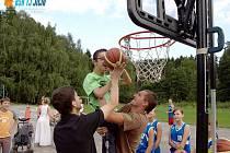 Jičínský basketbalový oddíl na táboře Apropa.