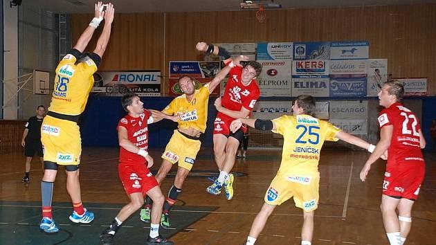 Jan Vocásek (ve výskoku) doléčil zraněné rameno a pro pražskou Duklu znamenal neustálé nebezpečí, vstřelil totiž šest gólů!