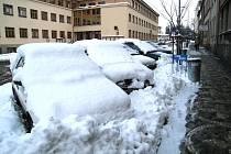 Zasněžená jičínská Havlíčkova ulice.