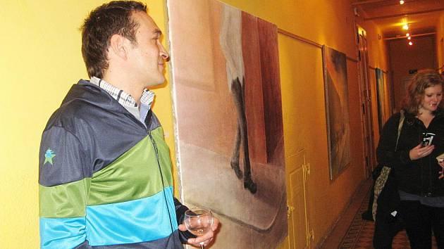 Martin Matoušek při výstavě svých obrazů v jičínském Káčku.