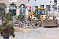 Novopacké Masarykovo náměstí během úprav.