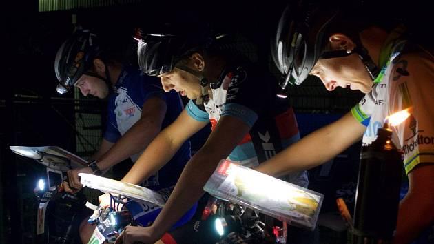 Na startu nočního závodu na horských kolech František Duk Bogar, Lukáš Chmelař a Vendula Musilová.