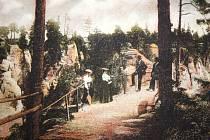 Romantická procházka Prachovskými skalami, které se kdysi účastnil také Vojta Náprstek, které sem se spoluzakladateli Klubu českých turistů pozval jičínský profesor Antonín Vánkomil Maloch.