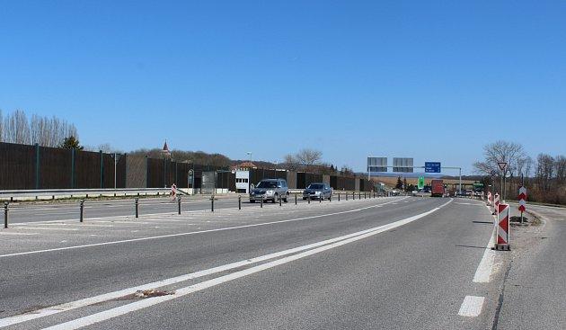 Oprava silnice I/16 Úlibice - Robousy potrvá do začátku června a s ní i omezení provozu.