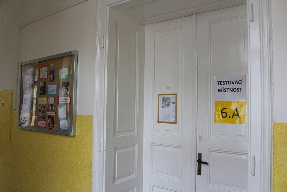 Do školy se nyní vrátila polovina žáků, Musejí se pravidelně testovat.