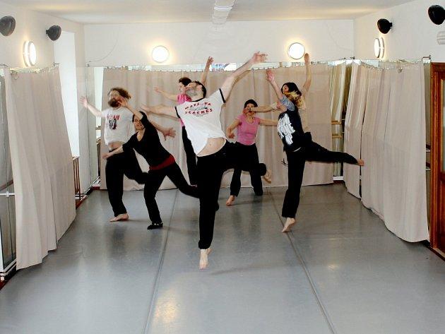 Kurzy tance v jičínském Káčku.