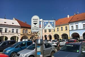 Parkování na Valdštejnově náměstí je předmětem svárů.