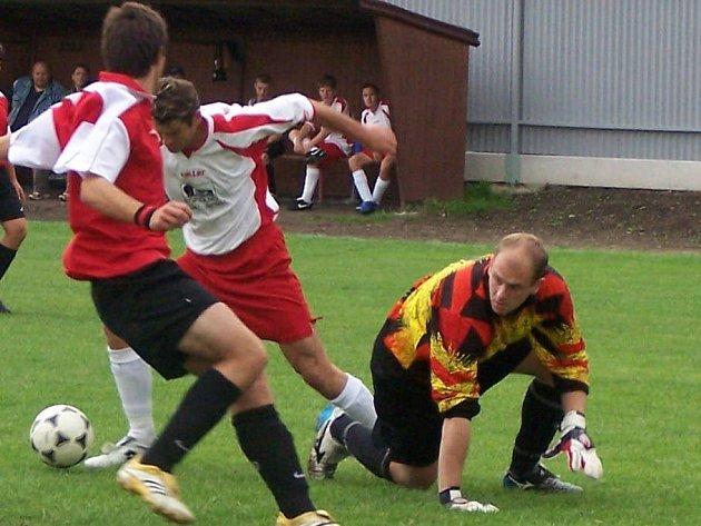 Kopidlenský útočník Martin Šimánek (uprostřed) je stálým nebezpečím pro každou obranu.