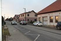 Silnice druhé třídy, kudy projíždějí kamiony, protíná i obec Lužany.