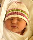 MELÁNIE VEVERKOVÁ se narodila 1. ledna šťastným rodičům Janě a Lukáši Veverkovým. Po porodu vážila 3,57 kg a měřila 50 cm.  Rodina žije v Jičíně.