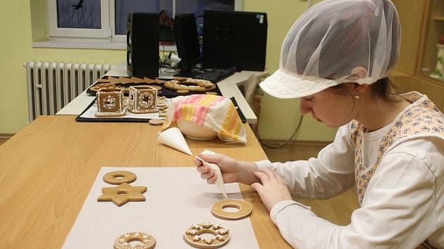 V novopacké cukrářské dílně Střední školy gastronomie a služeb zahájili výrobu vánočního cukroví. Odhadem tu vyexpedují 1800 kilogramů dobrot.