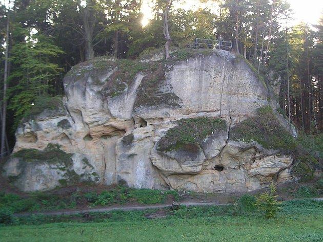 Pískovcová skála se zbytky hradu Pařez.