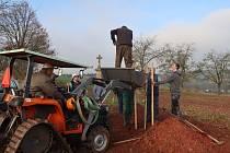 O víkendu vysadili v Úbislavicích na Novopacku  podél hřbitova tři lípy a pět třešní, které doplnily zdejší alej. Akce se uskutečnila díky podpoře Nadace ČEZ . Foto: Šárka Beránková