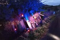 Řidič skončil po nehodě u Kbelnice v péči záchranářů.