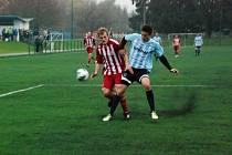 Michal Miler (vpravo) v souboji o míč.