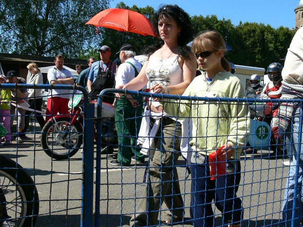 Na závody přicházely také ženy...