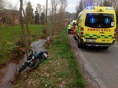 Mladý motorkář narazil na strom