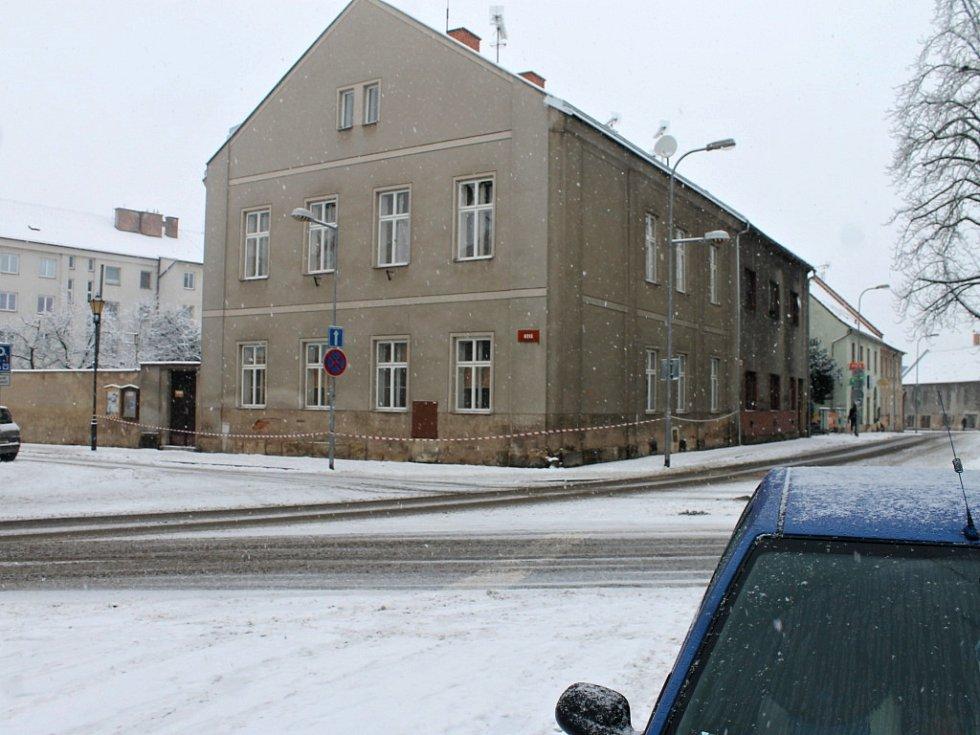 Výbuch poškodil okna a výlohy v okolí Hotelu Jičín.