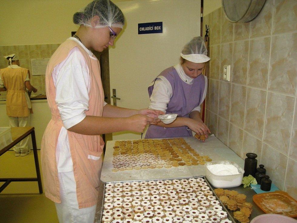 Novopačtí cukráři pečou na Vánoce.